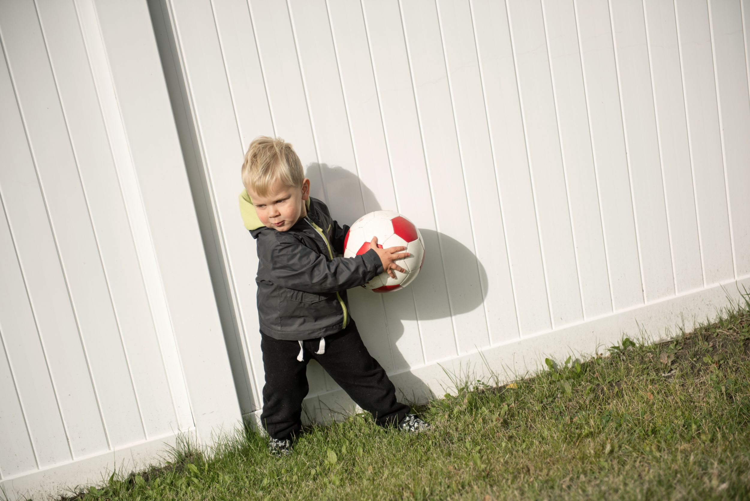 Kid throughing ball